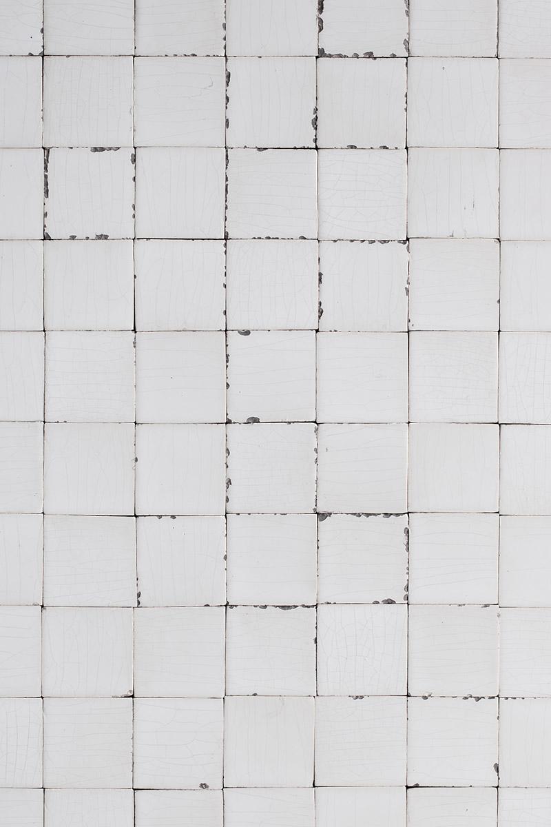 Damaged tiles fotografie backdrop, witte tegels met enorm veel karakter